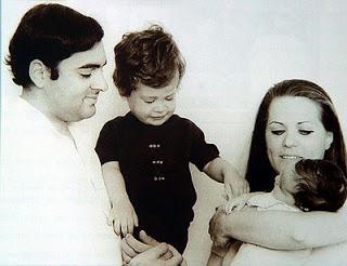 Rajiv, Rahul, Sonia e Pryianka (no colo)