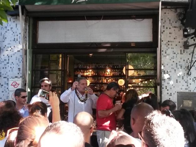 "Moacyr Luz fazendo a galera cantar para poder ""molhar o bico""."