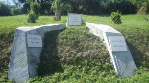 Carretera Sibonay e o um dos memoriais aos rebeldes executados após o assalto ao Cuartel de Moncada