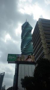 Um dos famosos arranha céus do centro da cidade.