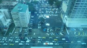 É tanto trânsito e tanto carro que não dá nem pra saber o que é estacionamento e o que é rua