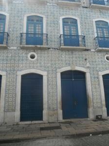 Janelas e azulejos típicos dos casarões do centro histórico