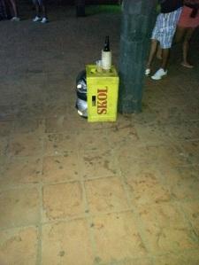 Apoia as cervejas e copos na caixa e já vai preenchendo ela com as garrafas vazias